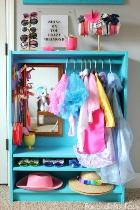 b752b408aa7 ... Μπορείτε αντί γι΄αυτό, να μετατρέψετε την IKEA βιβλιοθήκη σε μια φωτεινή  μπλε ντουλάπα με χώρο για τα ρούχα και τα αξεσουάρ.